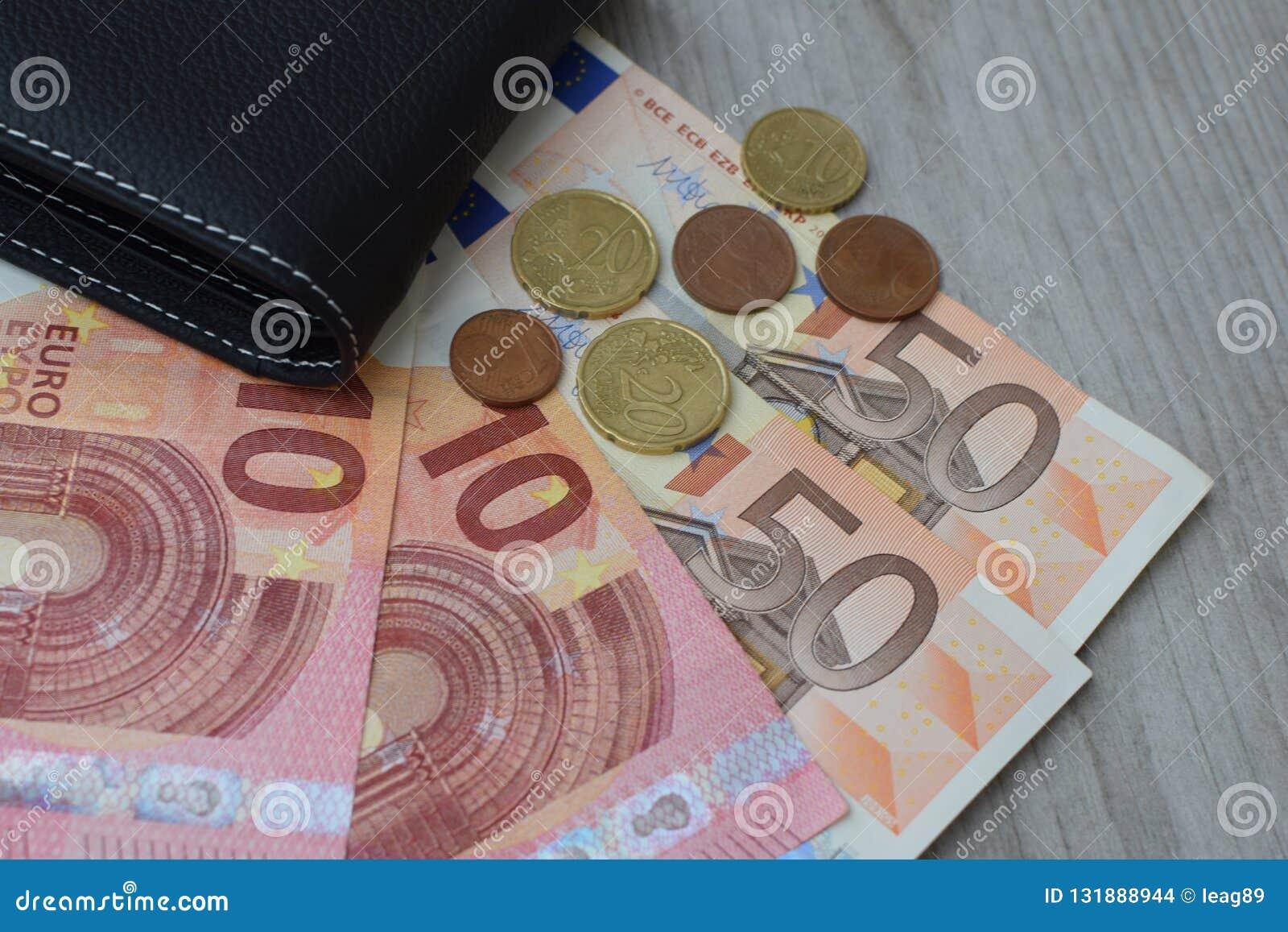 Zwarte portefeuille met euro muntbankbiljetten en muntstukken