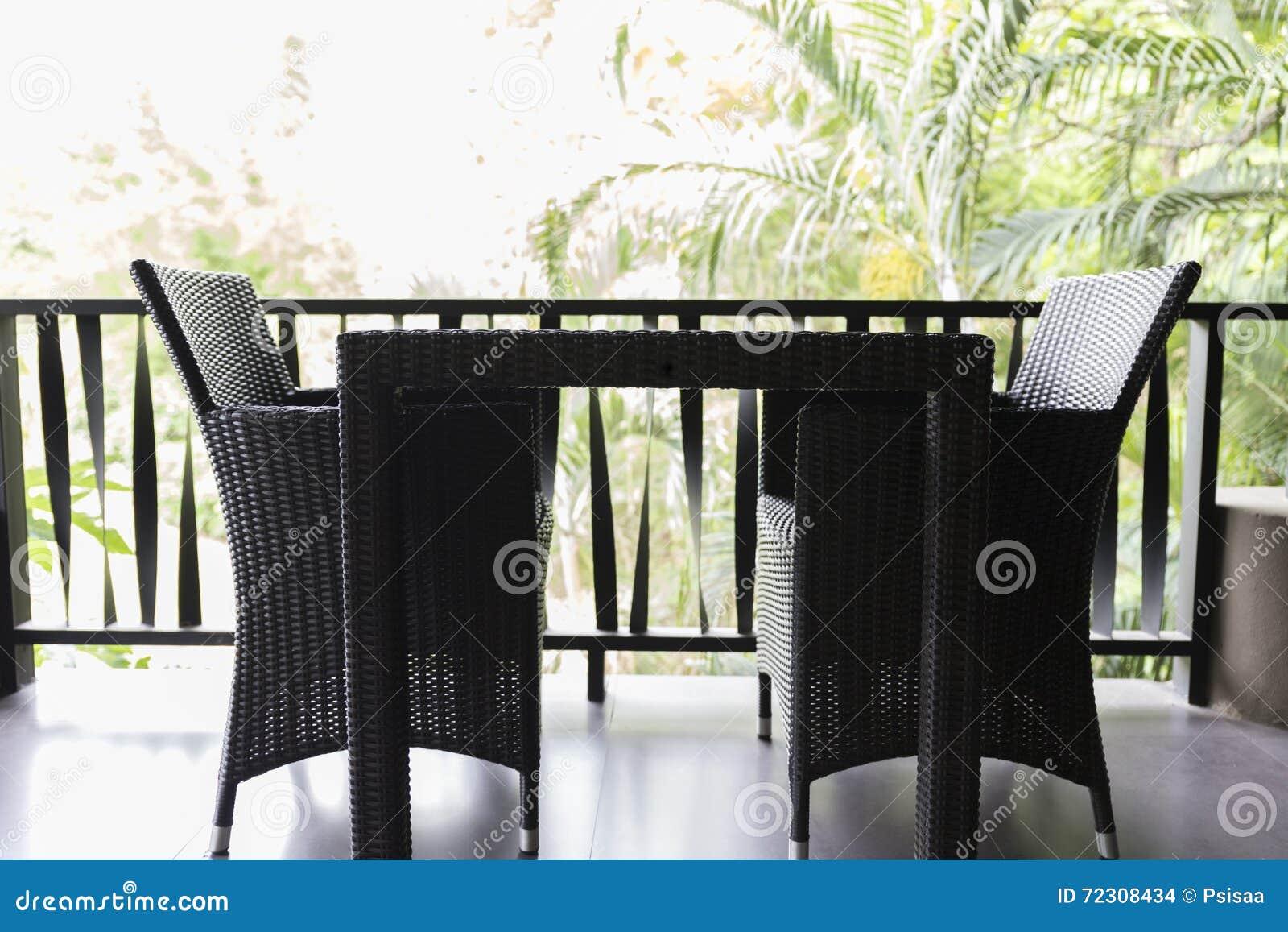 Zwarte Rieten Stoel : Zwarte rieten stoel en lijst bij balkon stock foto afbeelding