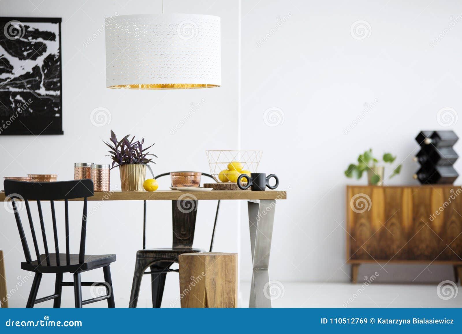Zwarte stoelen in eetkamer stock afbeelding. Afbeelding bestaande ...