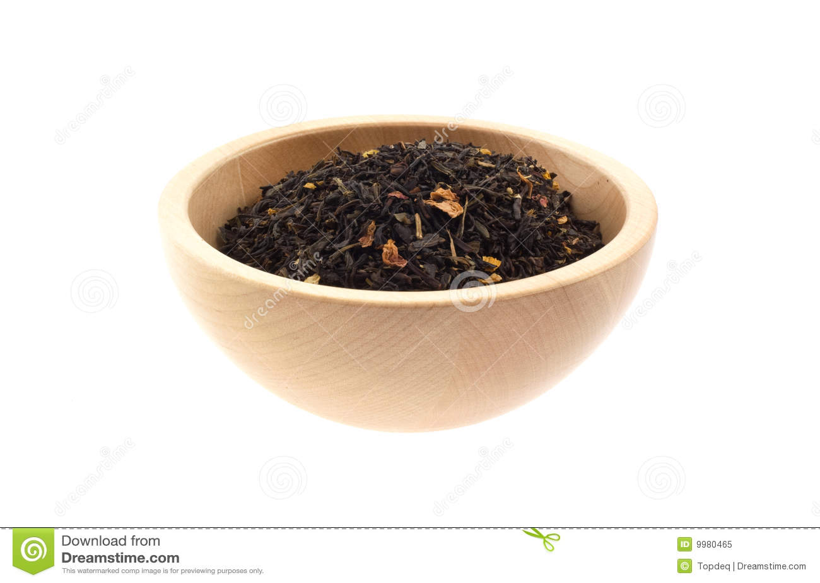 Zwarte thee in een houten kom