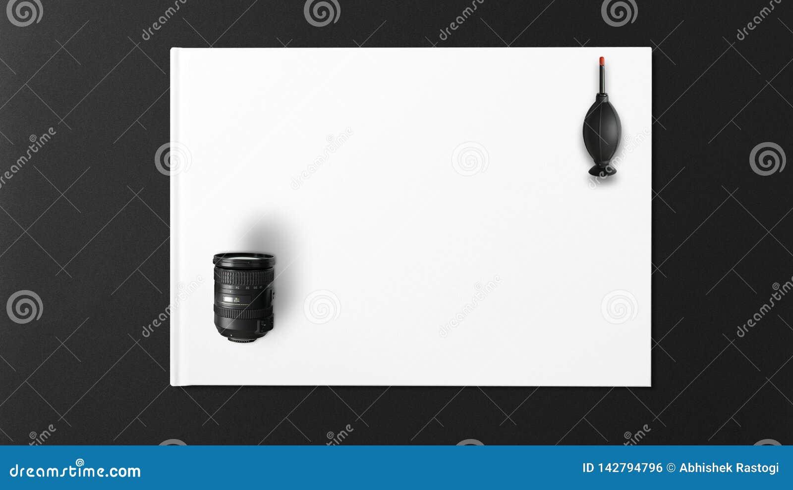 Zwarte ventilator voor het schoonmaken van de cameralens met witte achtergrond