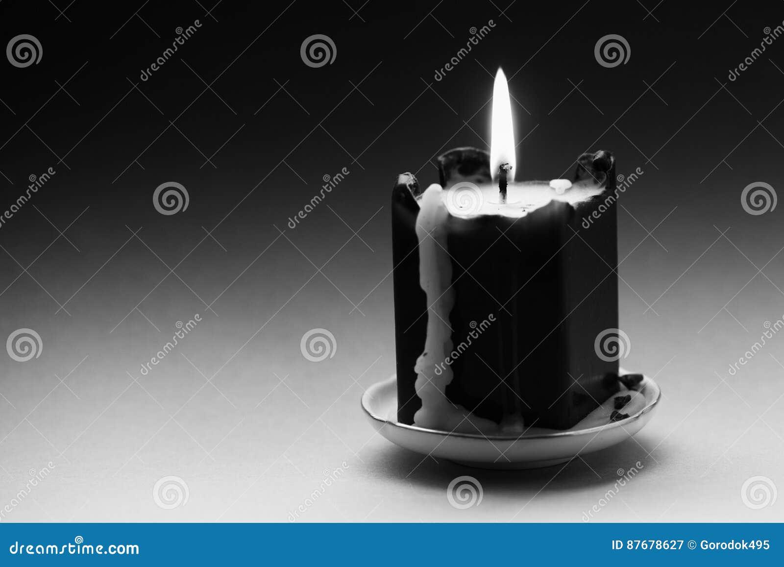 Zwarte witte fotografiekaars met een vlam en druppels Lawaaierig filmeffect beeld Ondiepe Diepte van Gebied