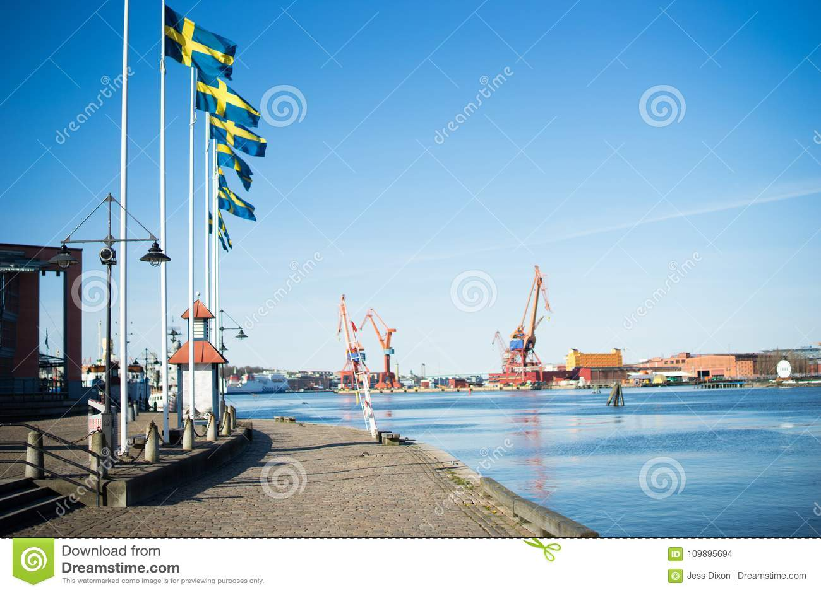 Zweedse Vlaggen die in de Haven van Gothenburg, Zweden vliegen