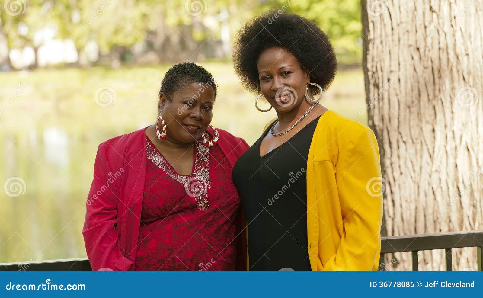 Zwei älteres schwarze Frauen-Porträt-im Freien rotes Gelb