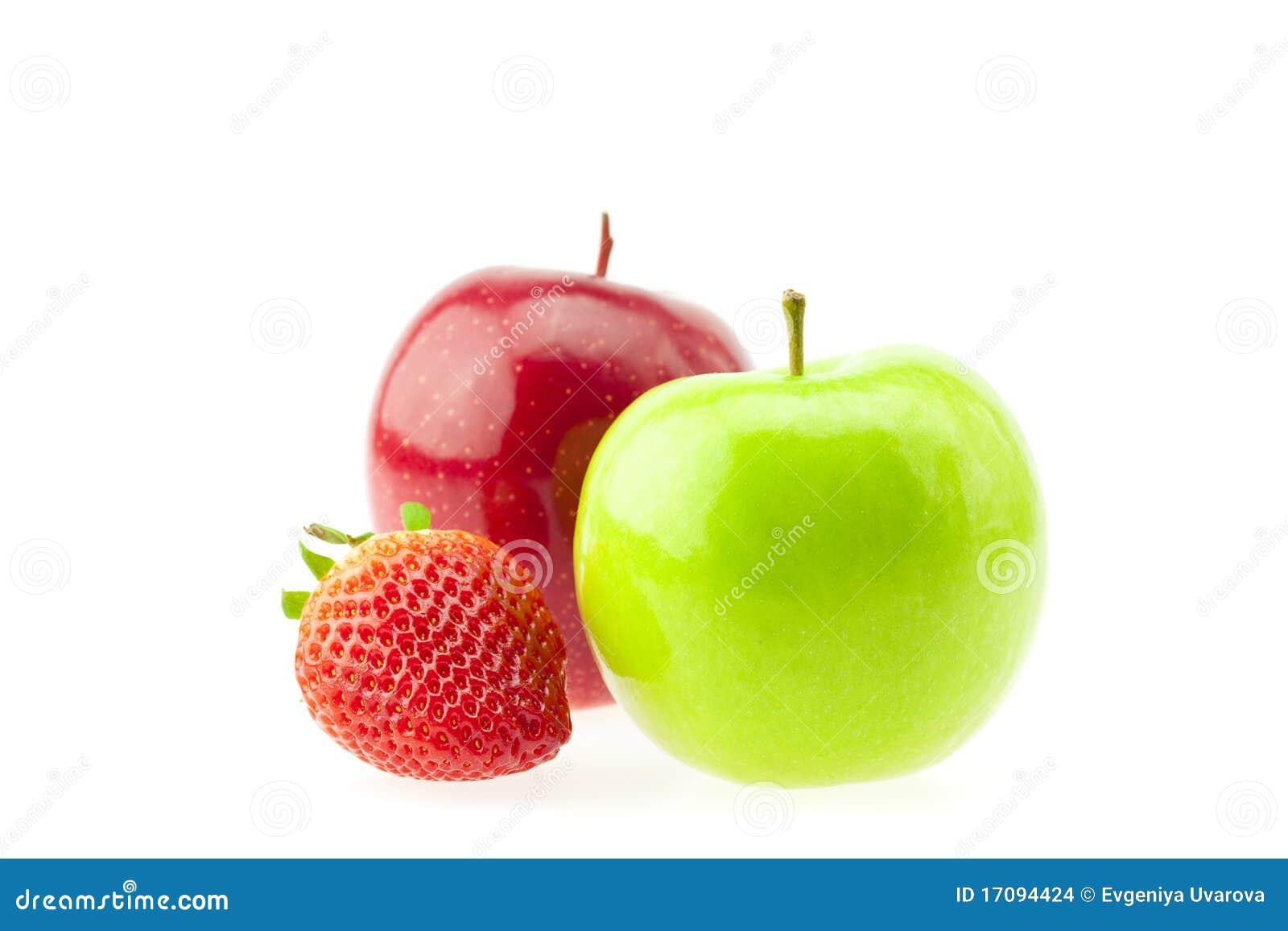 Zwei Äpfel und Erdbeeren getrennt auf Weiß