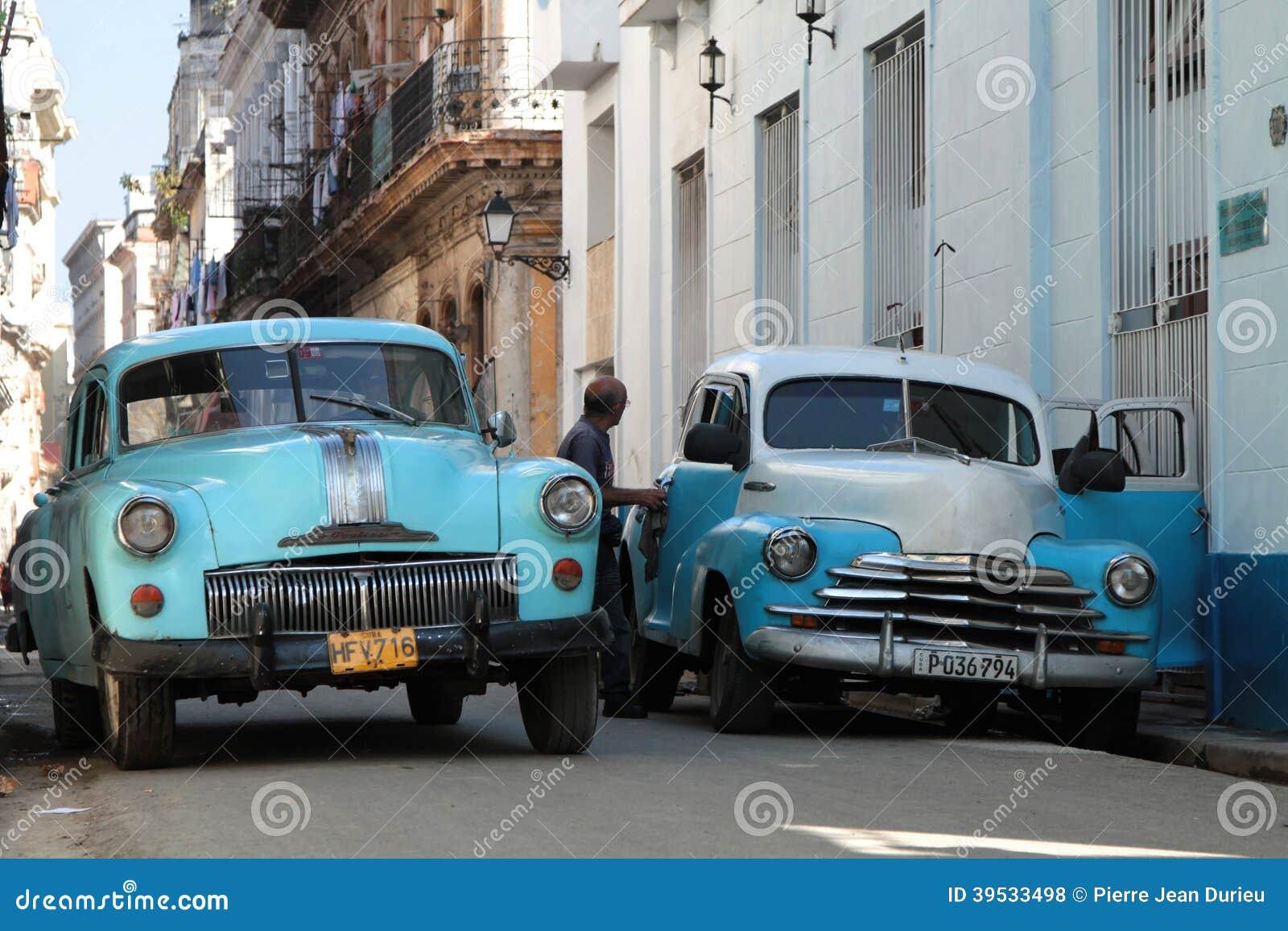 zwei alte amerikanische autos in einer stra e von havana. Black Bedroom Furniture Sets. Home Design Ideas