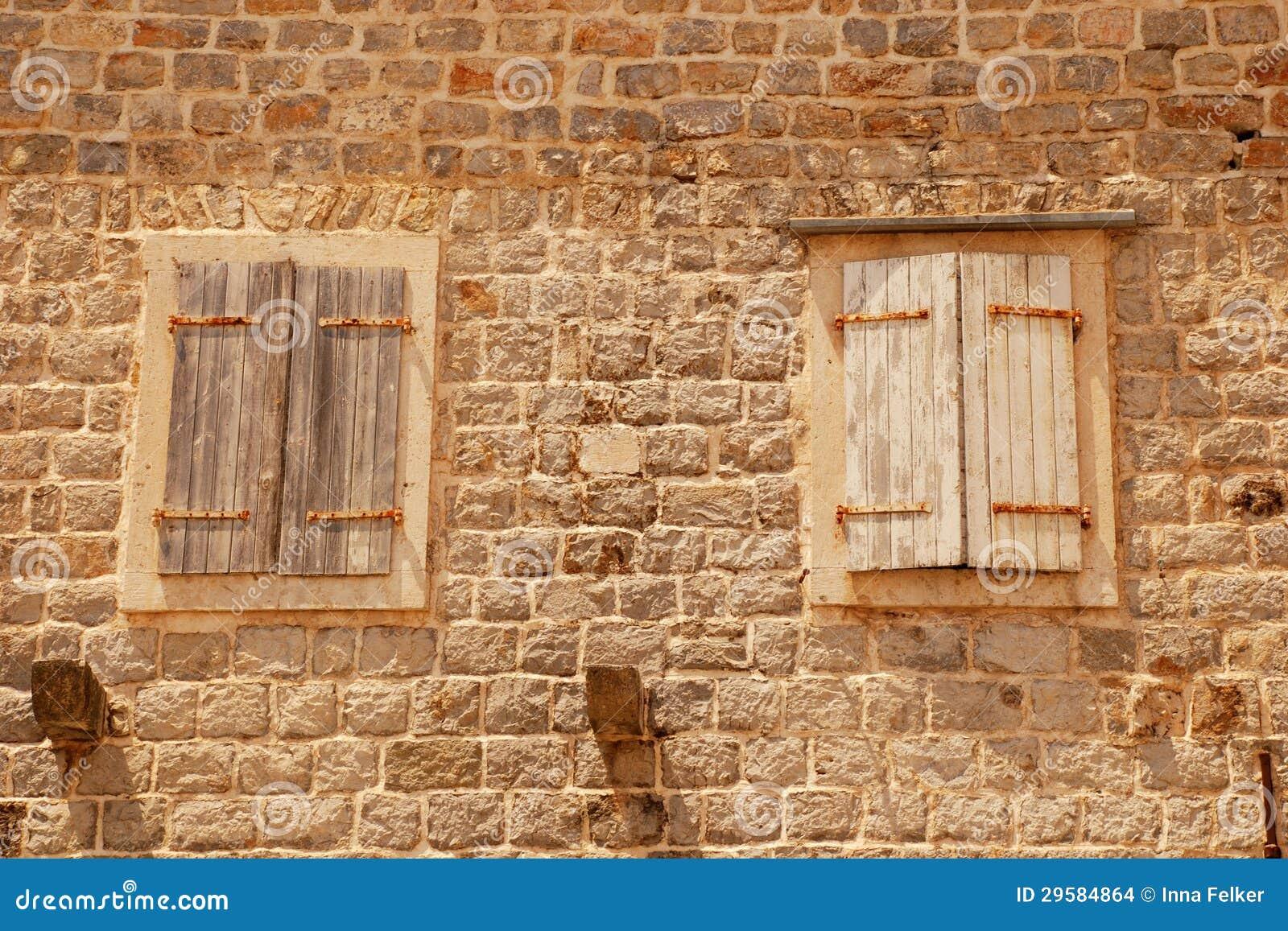 zwei alte geschlossene italienische fenster mit fensterl den stockbilder bild 29584864. Black Bedroom Furniture Sets. Home Design Ideas