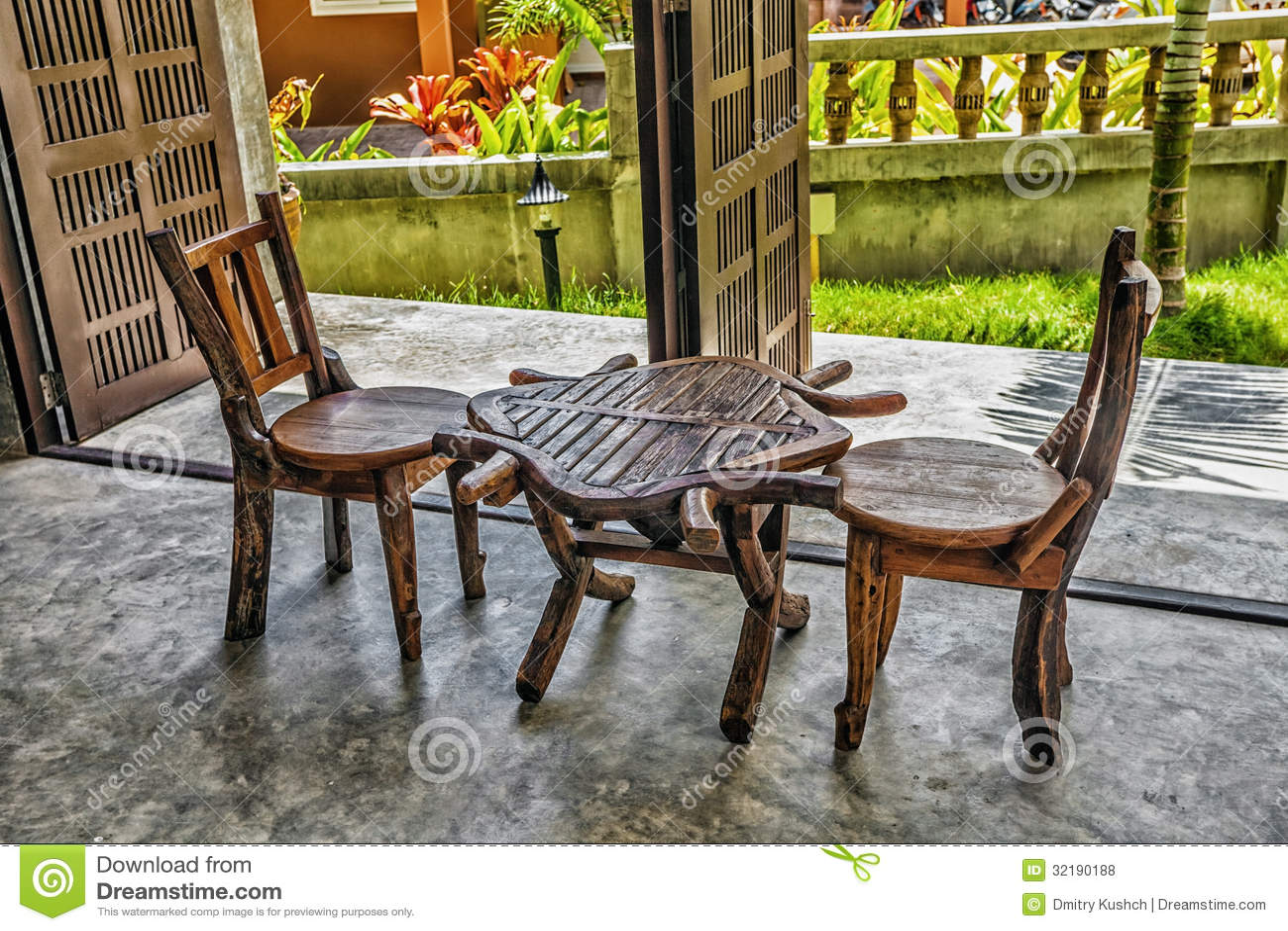 zwei alte holzst hle und eine tabelle lizenzfreie stockfotos bild 32190188. Black Bedroom Furniture Sets. Home Design Ideas