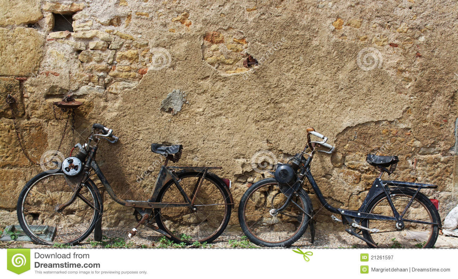 Zwei Alte Mopeds Stockbild Bild Von Antiquated Moped 21261597