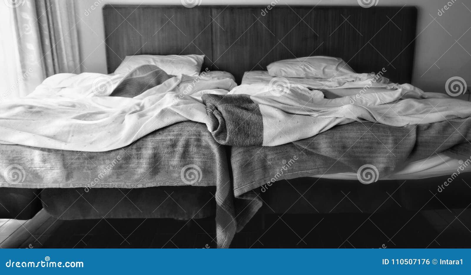 Zwei angrenzende Betten in Schwarzweiss mit unterschiedlicher heller Stärke