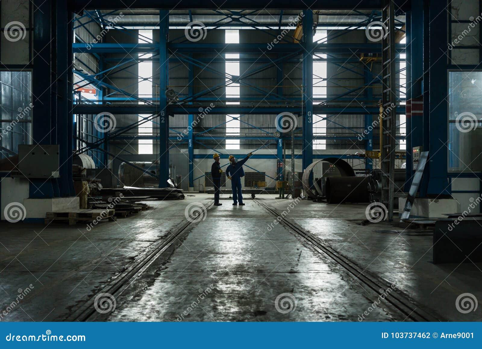Zwei Arbeitskräfte, die Herstellungsverfahren planen