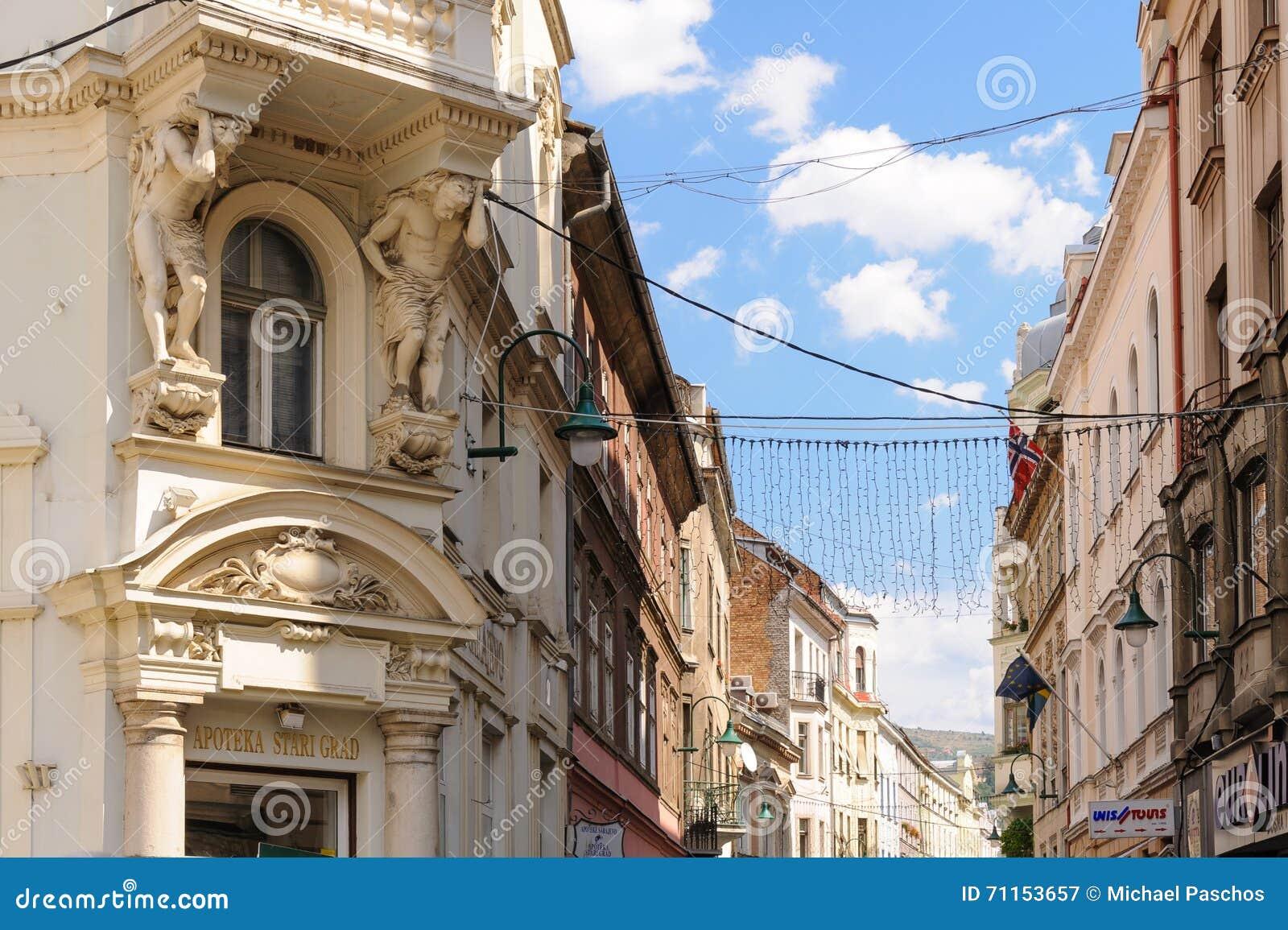 Zwei atlantes, die einen Balkon Sarajevo stützen