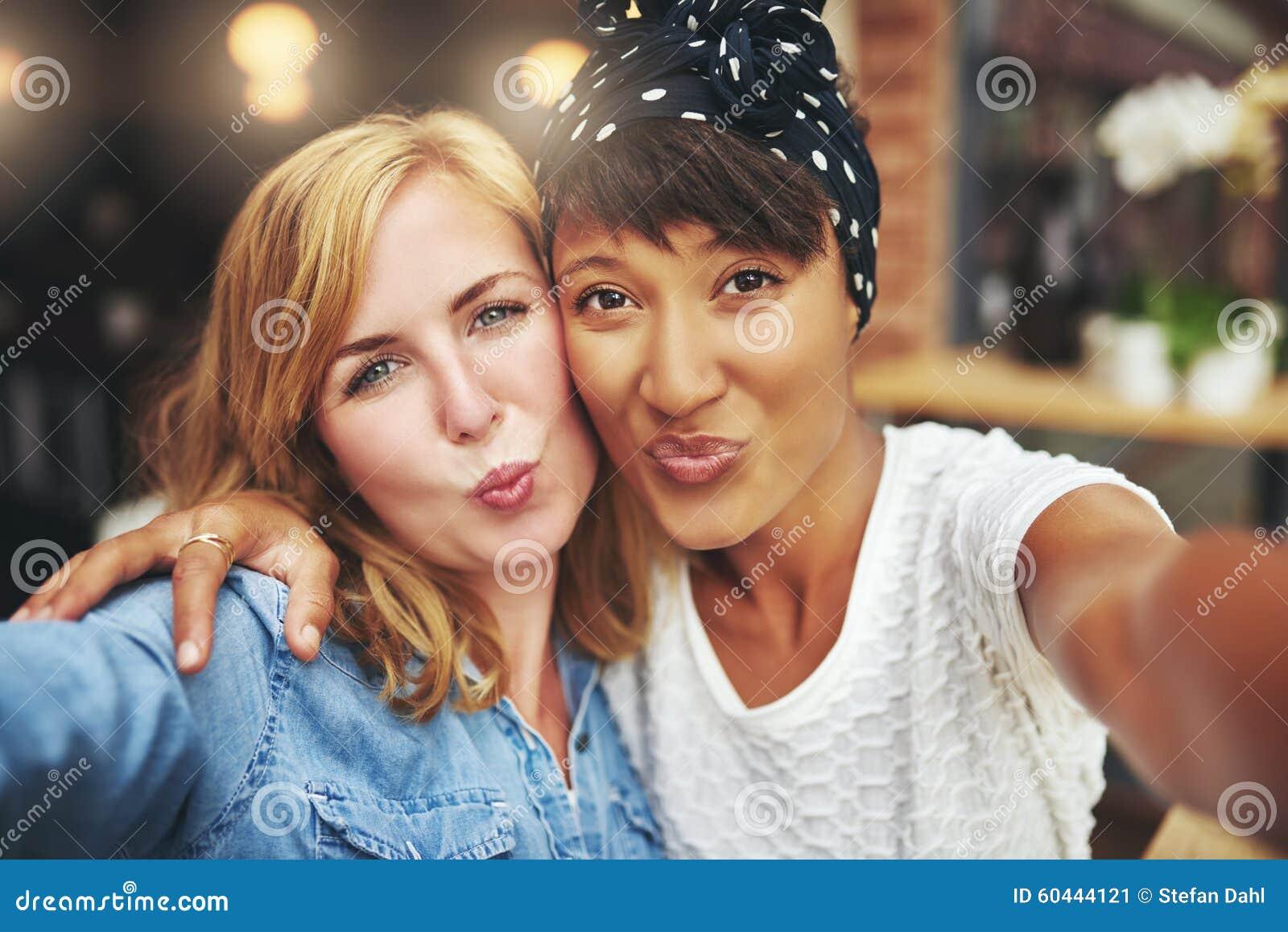 Zwei Attraktive Spielerische Frauen, Die Einen Kuss