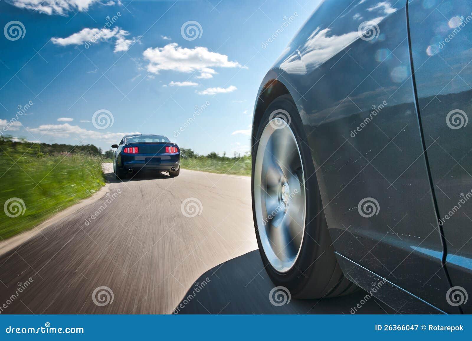 Zwei Autos auf der Landstraße