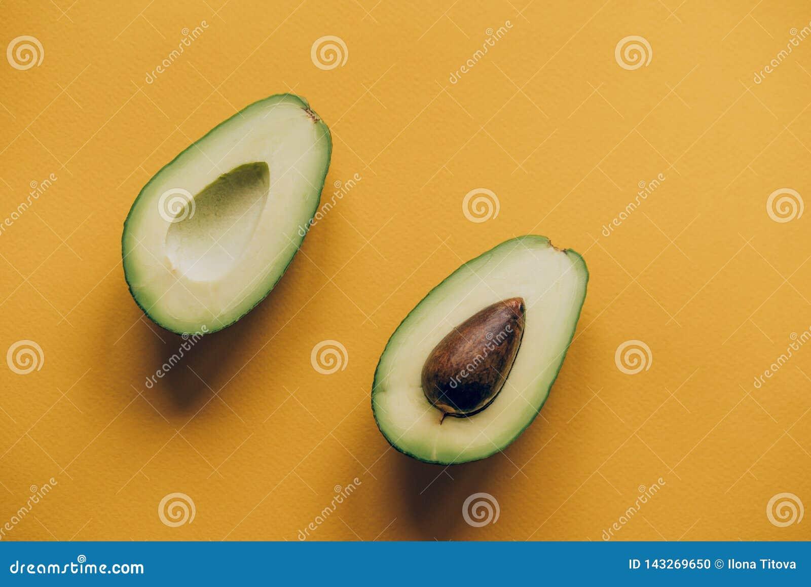 Zwei Avocadohälften