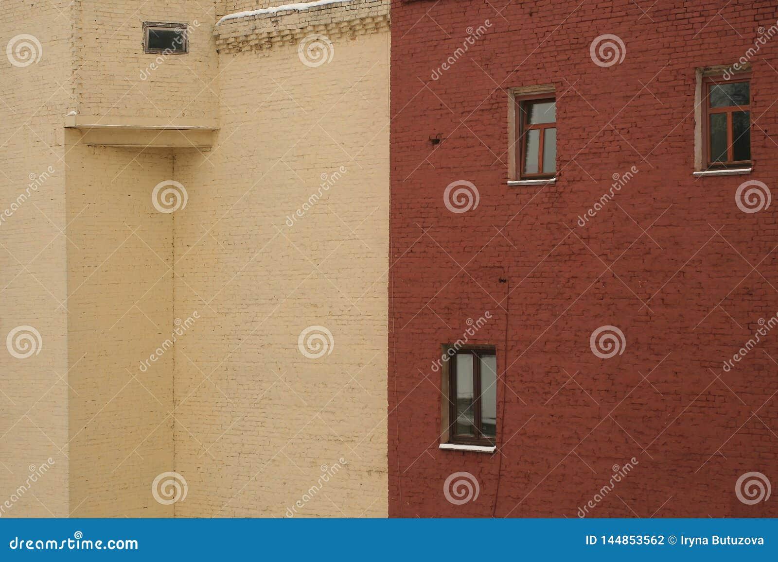 Zwei Backsteinhäuser - Beige und Terrakotta