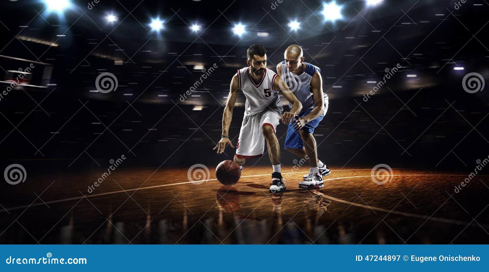 Zwei Basketball-Spieler in der Aktion
