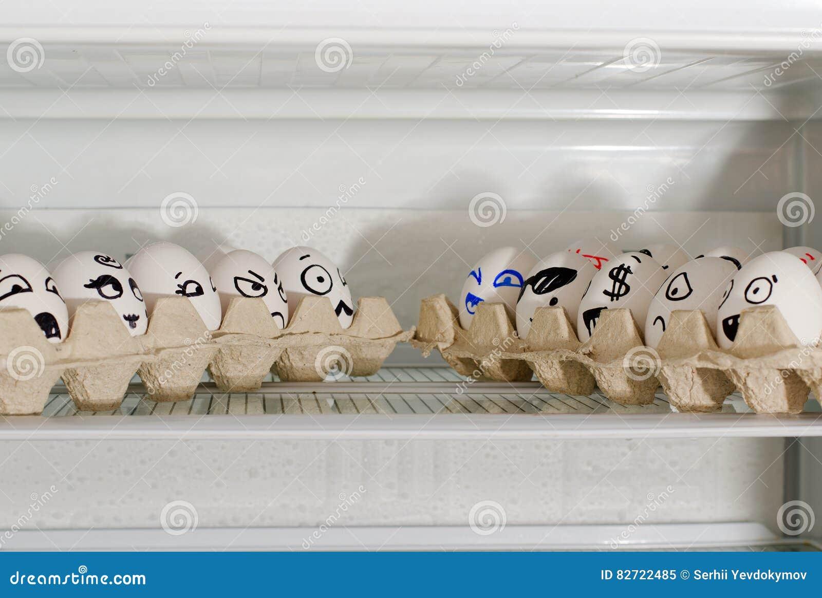 Kühlschrank Ei : Konzept der Überraschung eiern im kühlschrank in der nähe