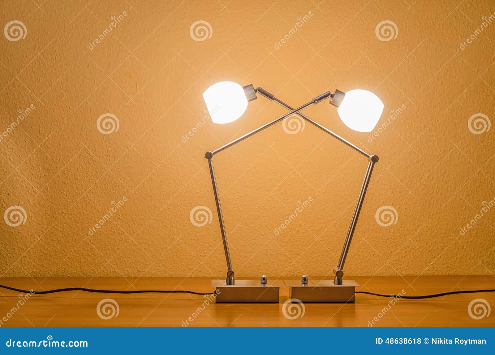 Moderne Lampen 18 : Zwei beleuchteten moderne lampen stockfoto bild von zwei