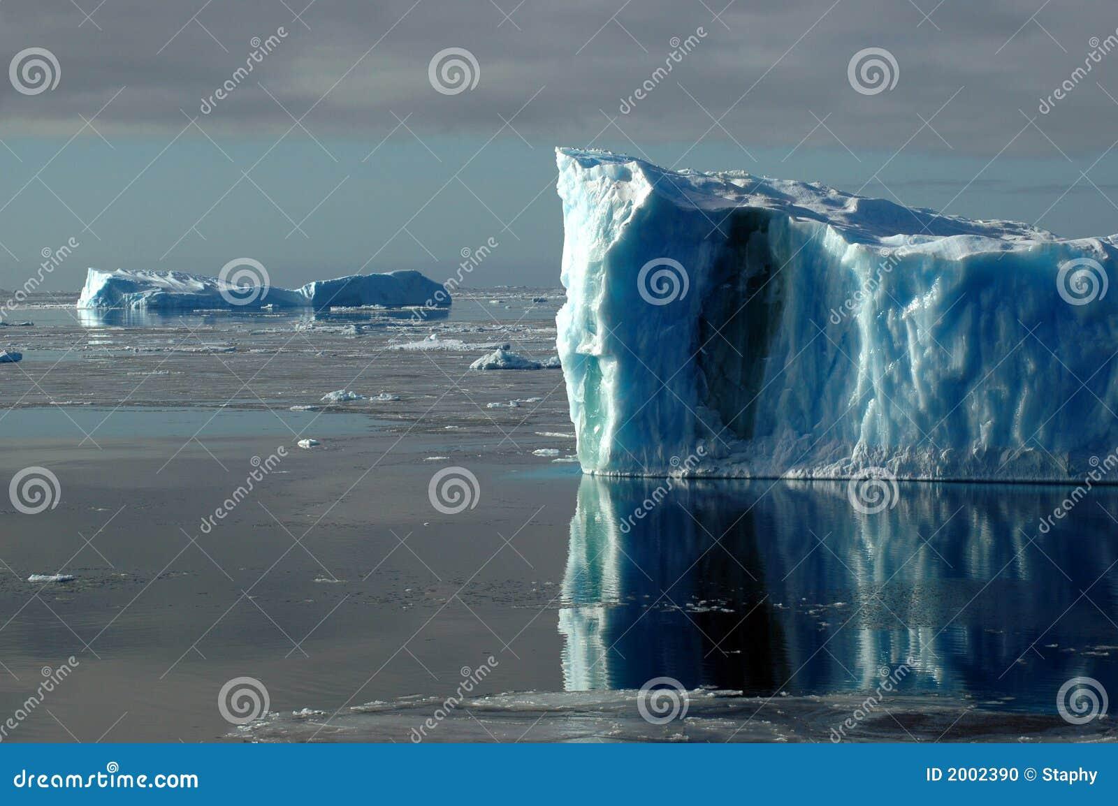 Zwei blaue antarktische Eisberge
