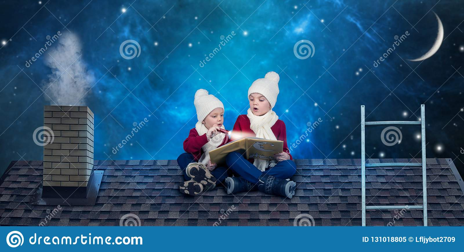 Zwei Brüder sitzen Heiliger Nacht auf dem Dach vor und lesen ein Buch mit Märchen In Erwartung der Weihnachtswunder