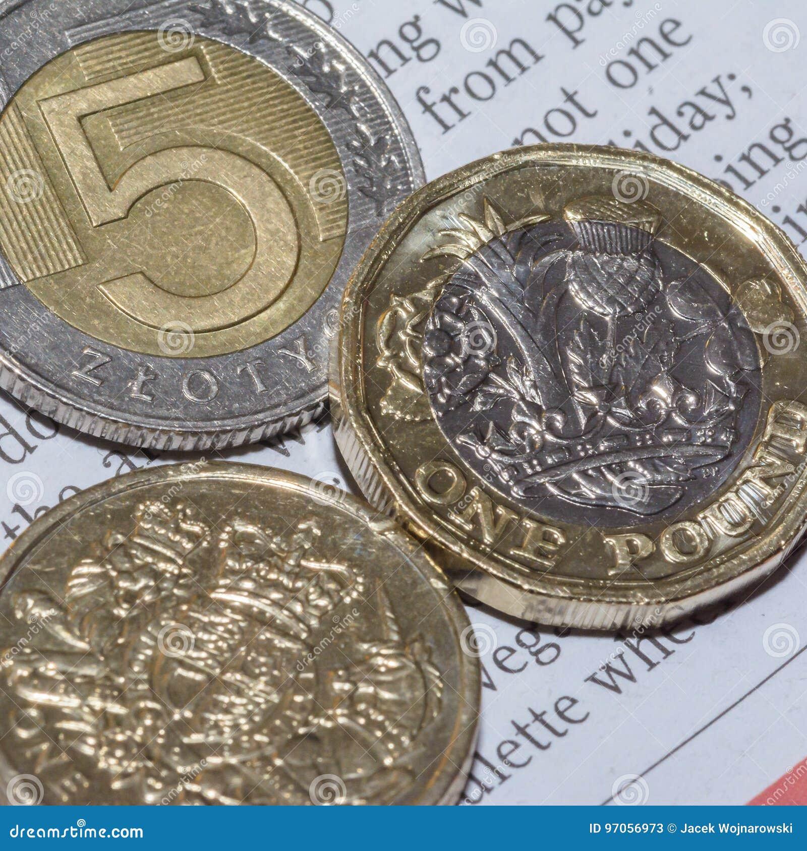 Zwei Briten Eine Pfund Münze Und Fünf Polnischer Zloty B Stockbild