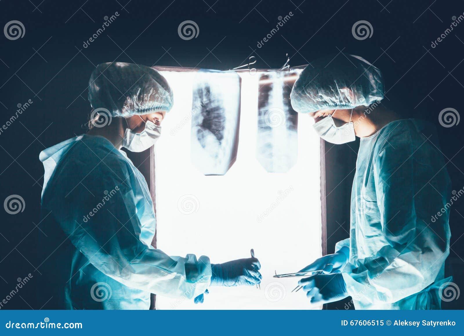 Zwei Chirurgen, die am Operationstisch arbeiten und sich konzentrieren