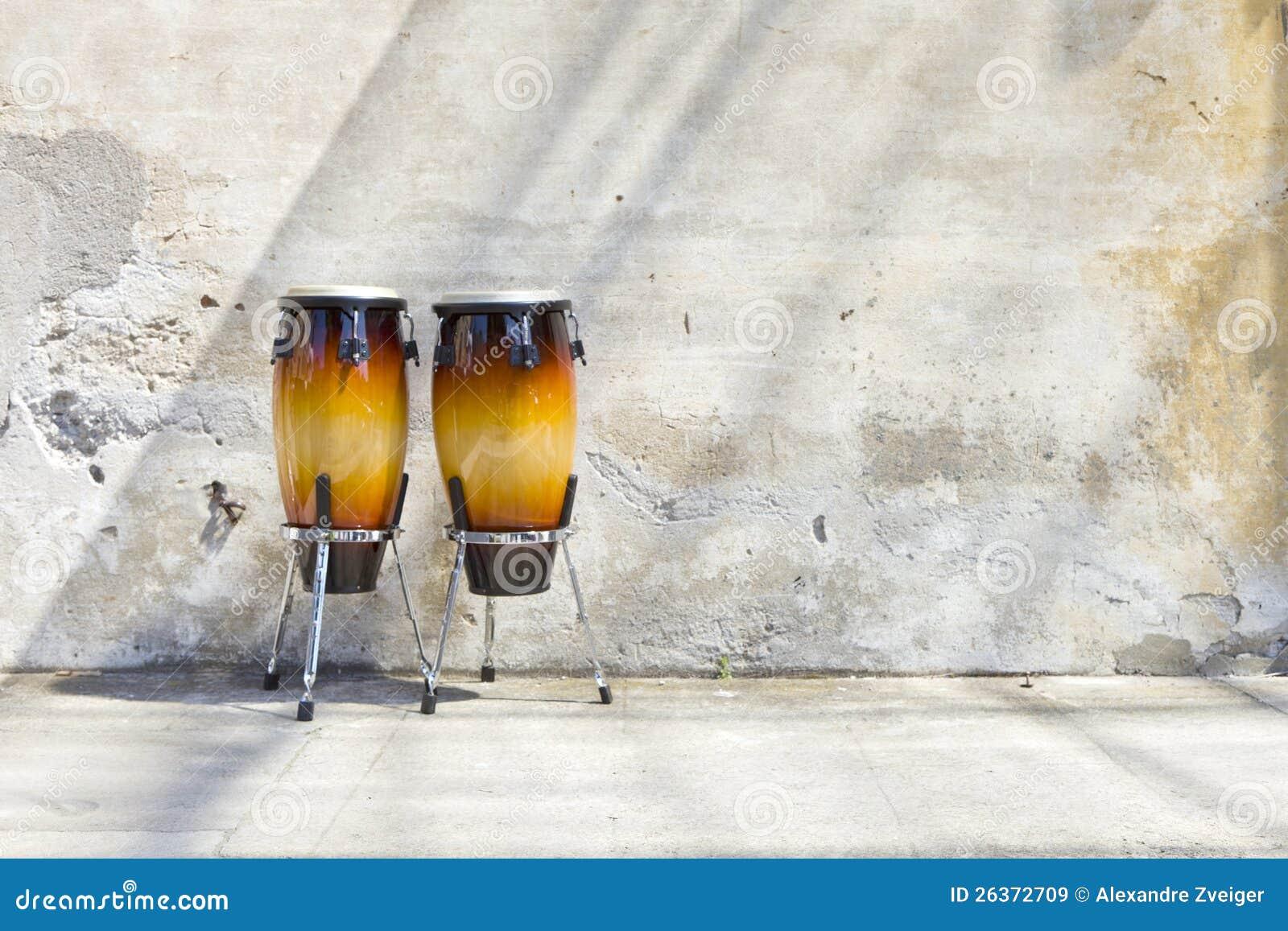 Zwei Congas vor einer Weinlesewand