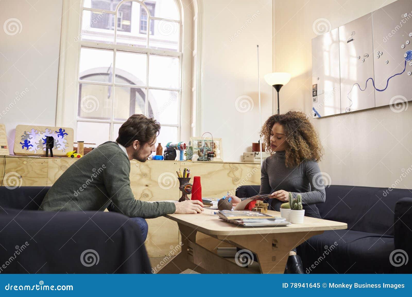 Zwei Designer, Die Kreative Sitzung Im Modernen Büro Haben Stockbild ...