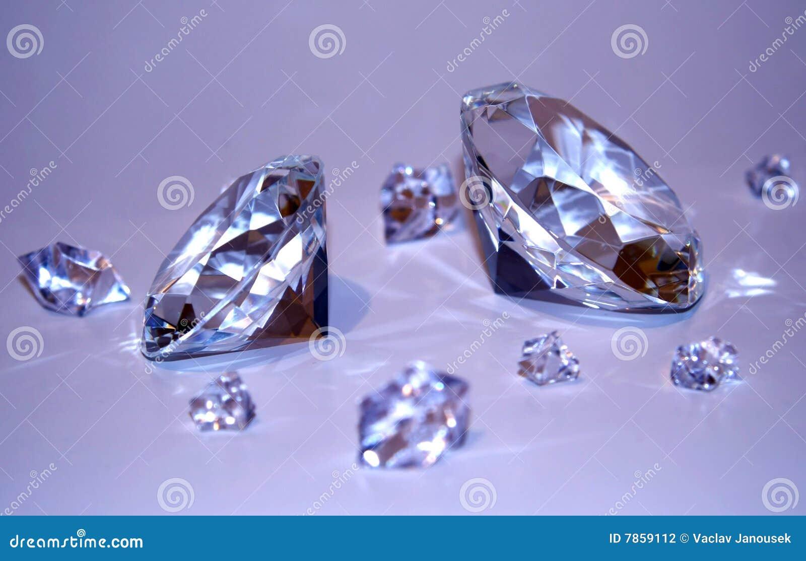 Zwei Diamanten mit Fragmenten