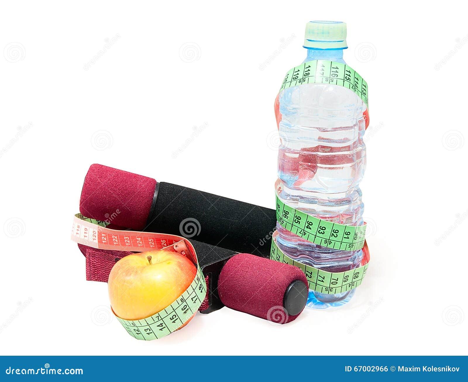Zwei Dummköpfe, Apfel, Maßband, Flasche mit Wasser auf einem Weiß