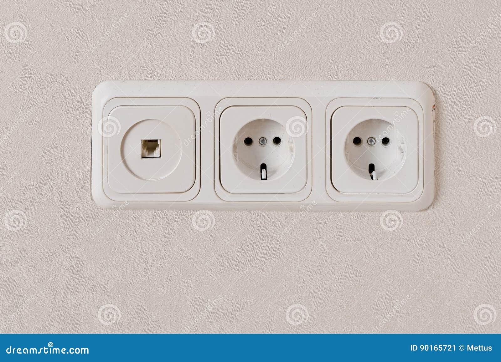 Zwei Elektrische Anschlüsse Auf Wand EU-Standard Und Telefonstecker ...