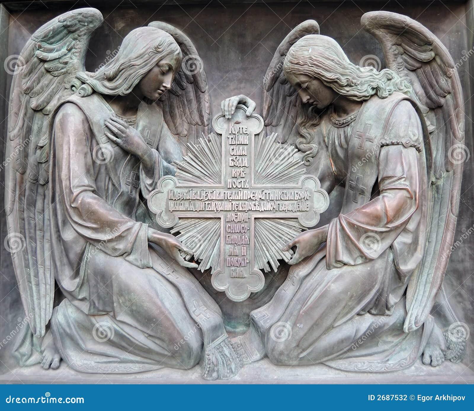 Zwei Engel halten Kreuz an