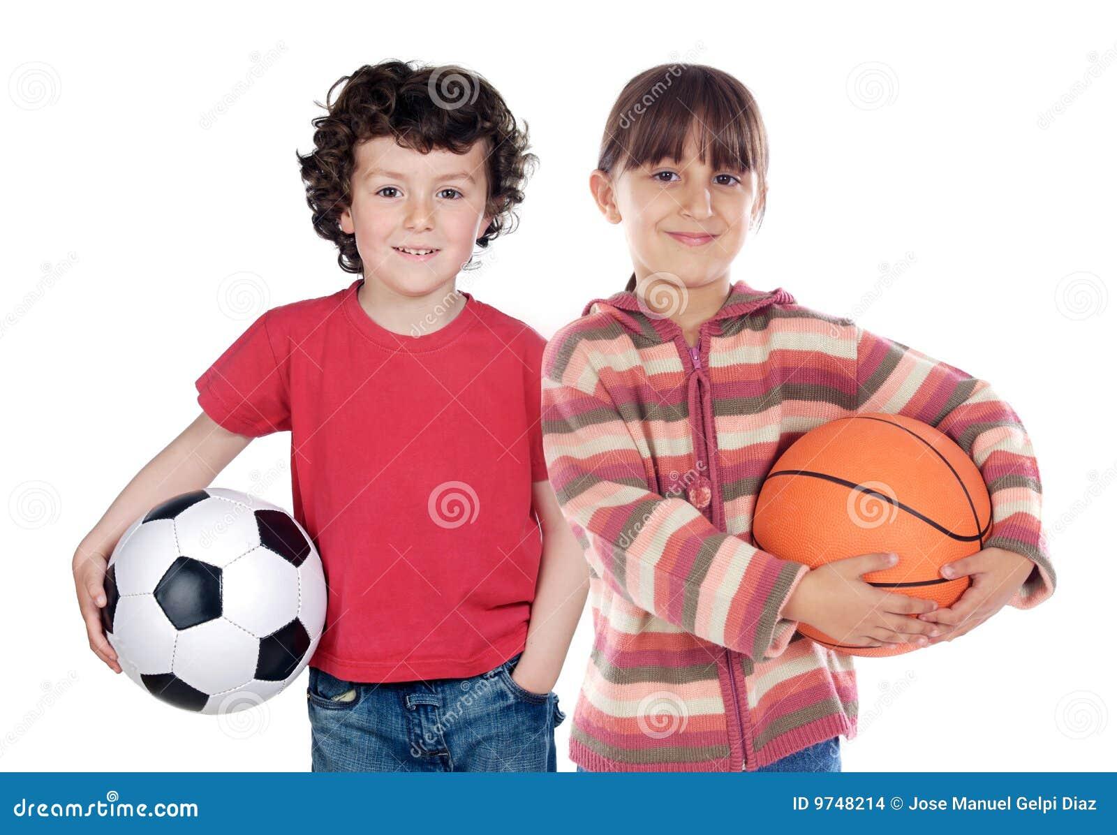Zwei entzückende Kinder mit Kugeln