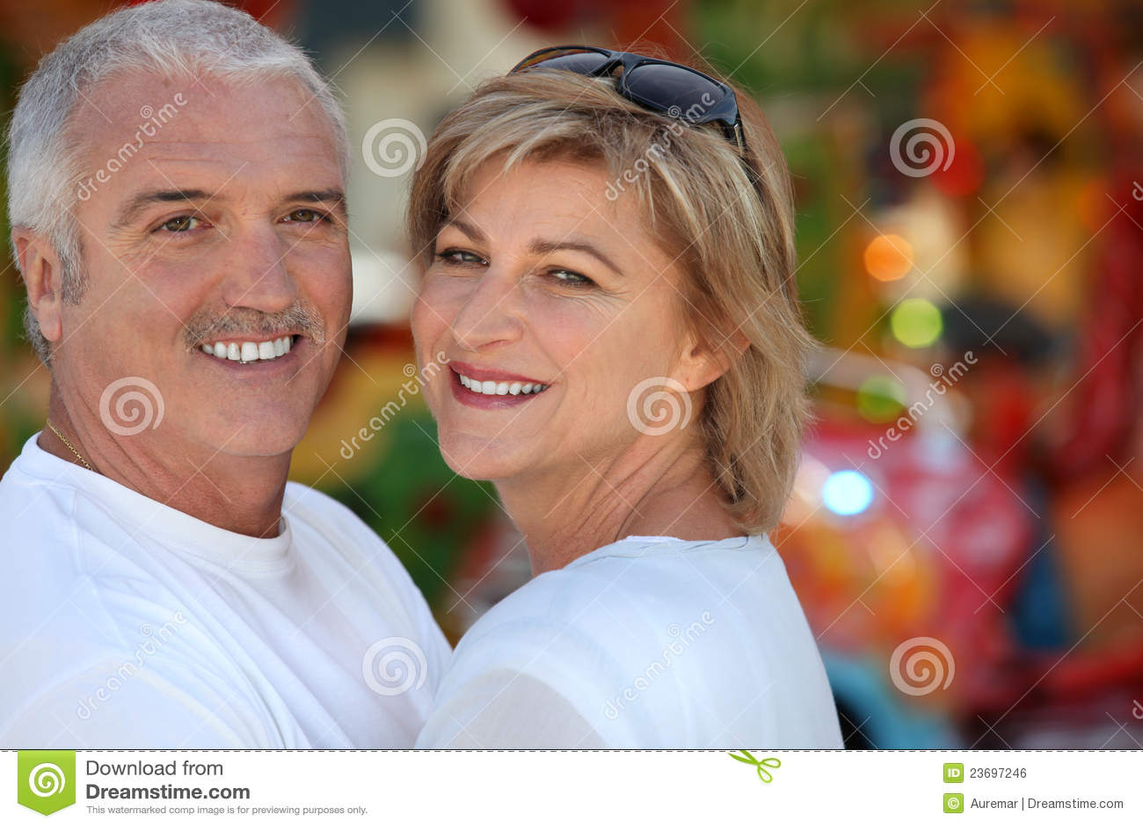 Zwei Erwachsene am Funfair