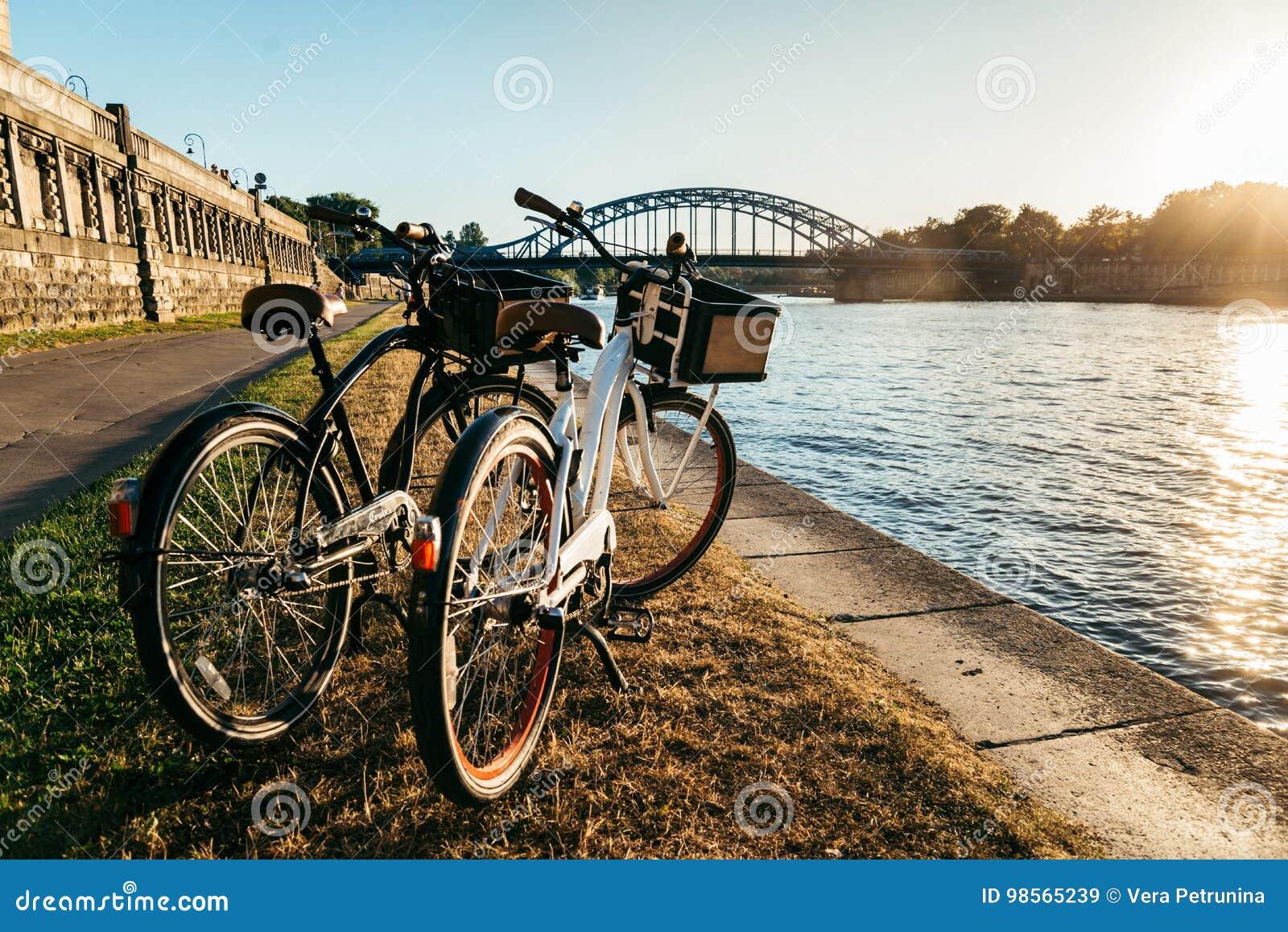 Zwei Fahrräder am Damm auf Sonnenuntergang