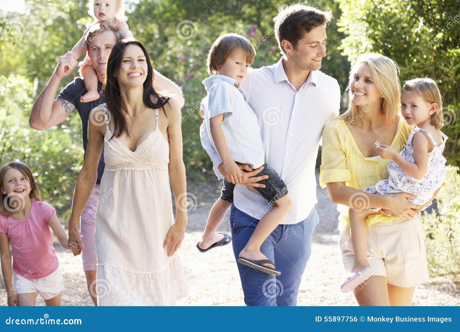 Zwei Familien auf Land gehen zusammen