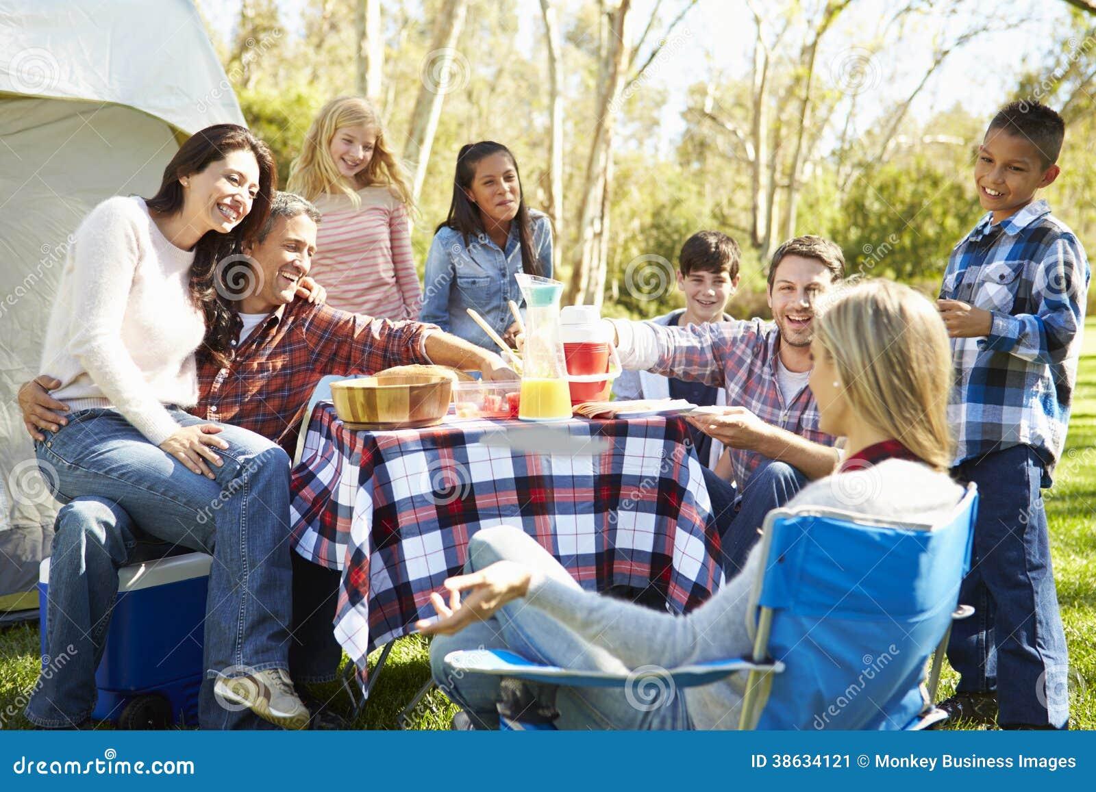 Zwei Familien, die kampierenden Feiertag in der Landschaft genießen