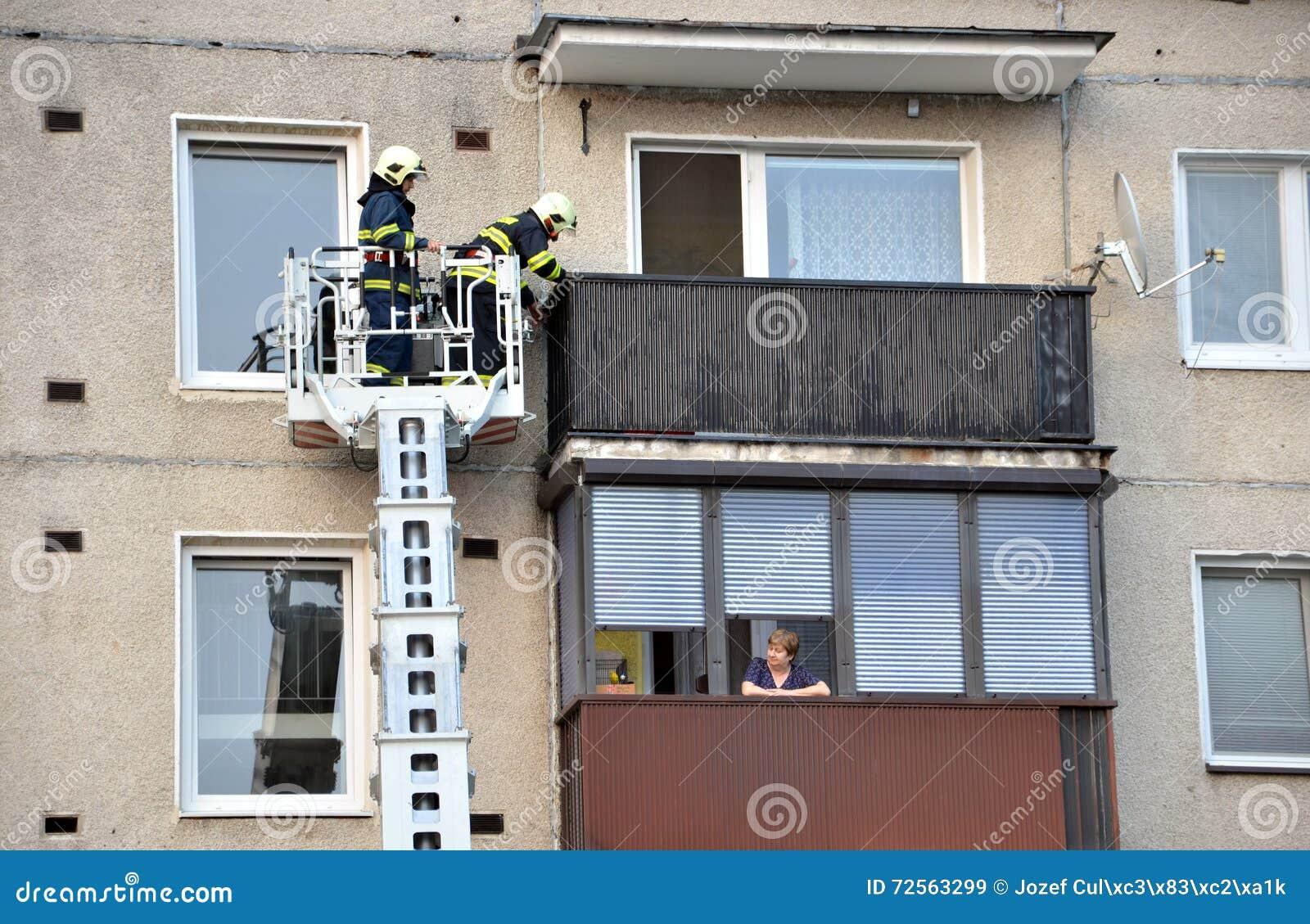 Kast Voor Balkon : Zwei feuerwehrmänner in teleskopauslegerkorb des löschfahrzeugs