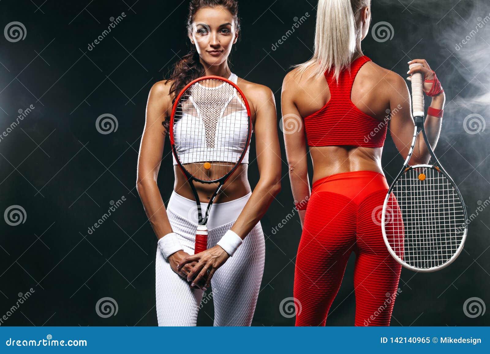 Zwei Frauen Athlet und Tennisspieler auf schwarzem Hintergrund Sport- und Tenniskonzept
