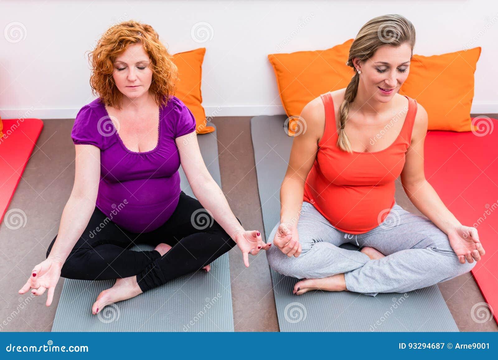 Zwei Frauen Die In Der Schwangerschaft Vorangebracht Werden