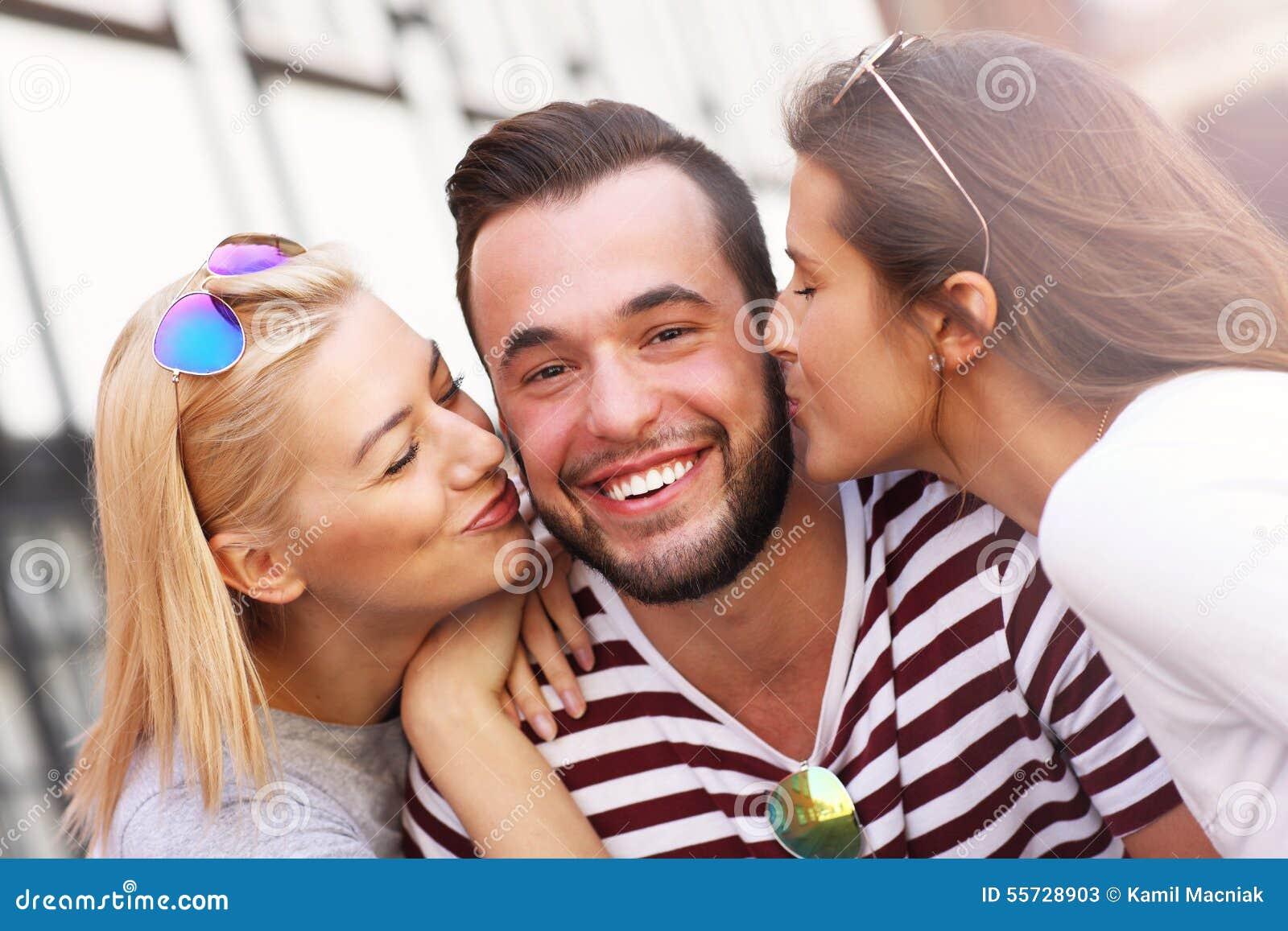 Zwei Frauen Die Einen Mann Kussen Stockbild Bild Von Glucklich