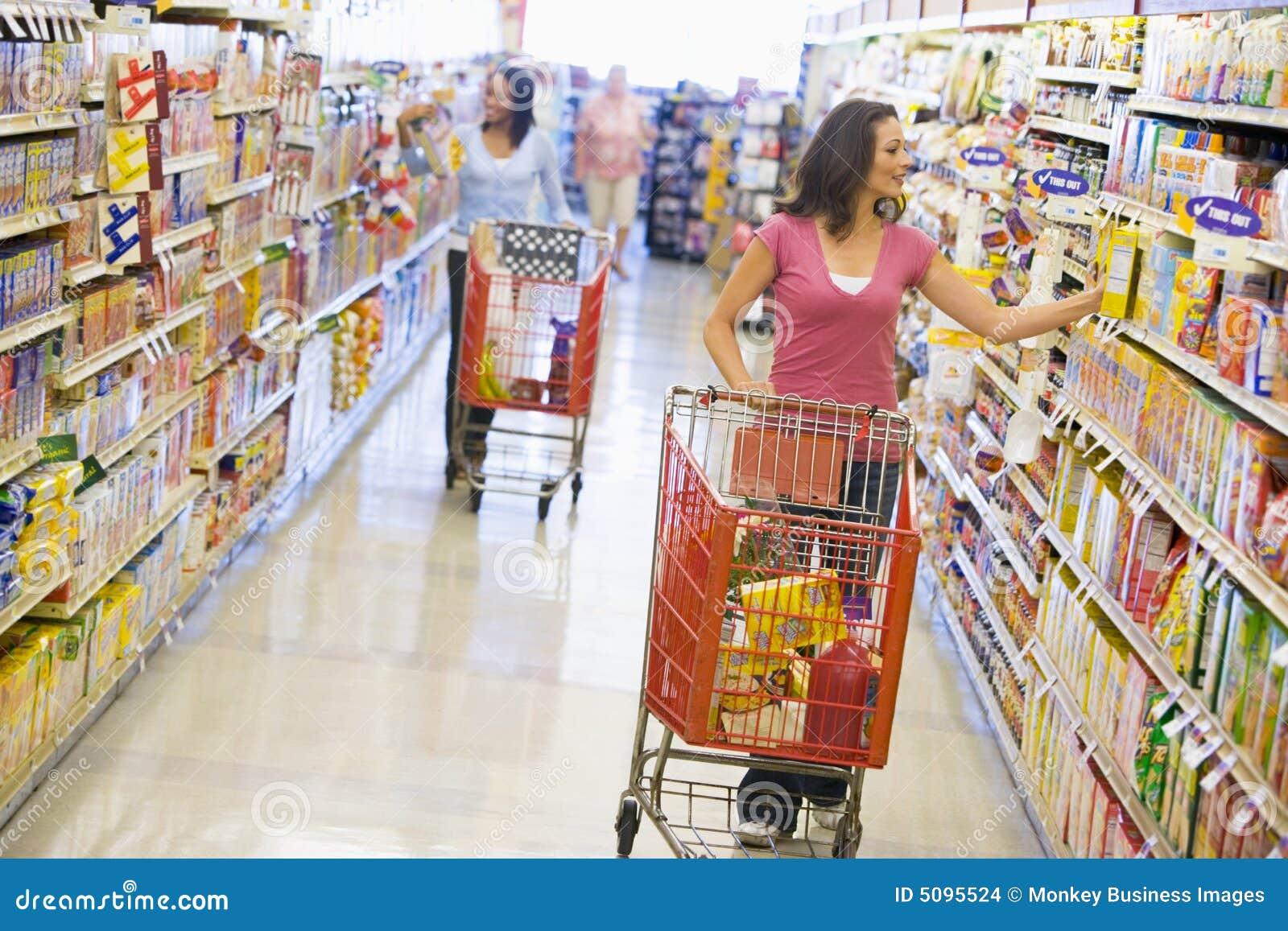 zwei frauen die im supermarkt kaufen stockfoto bild von lebensstil sch n 5095524. Black Bedroom Furniture Sets. Home Design Ideas