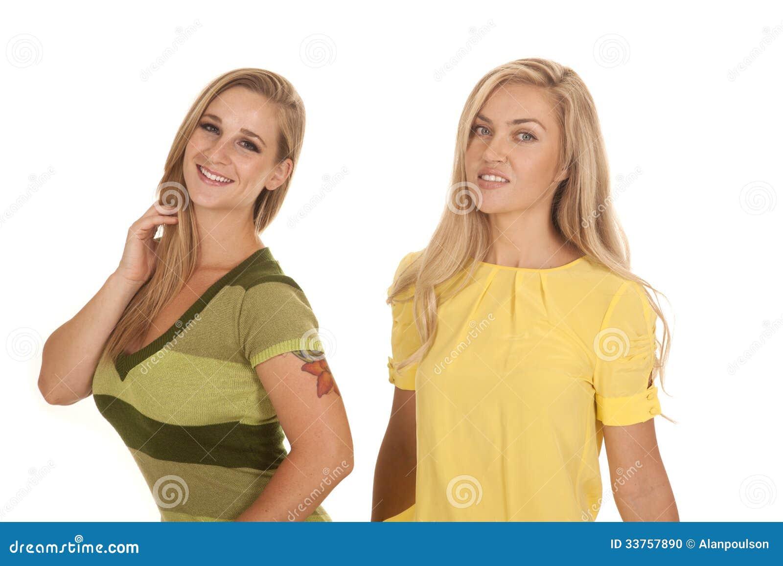 Zwei Frauen grünen gelbes Standlächeln