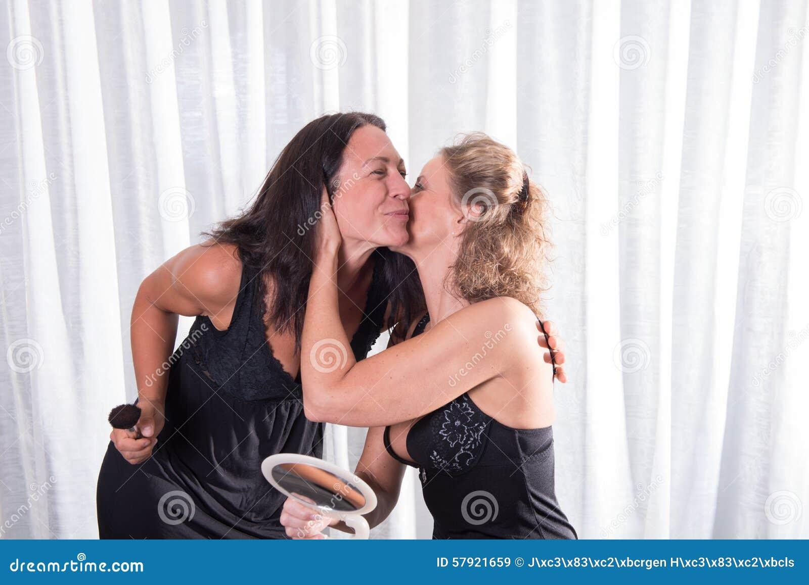 Frauen beim küssen