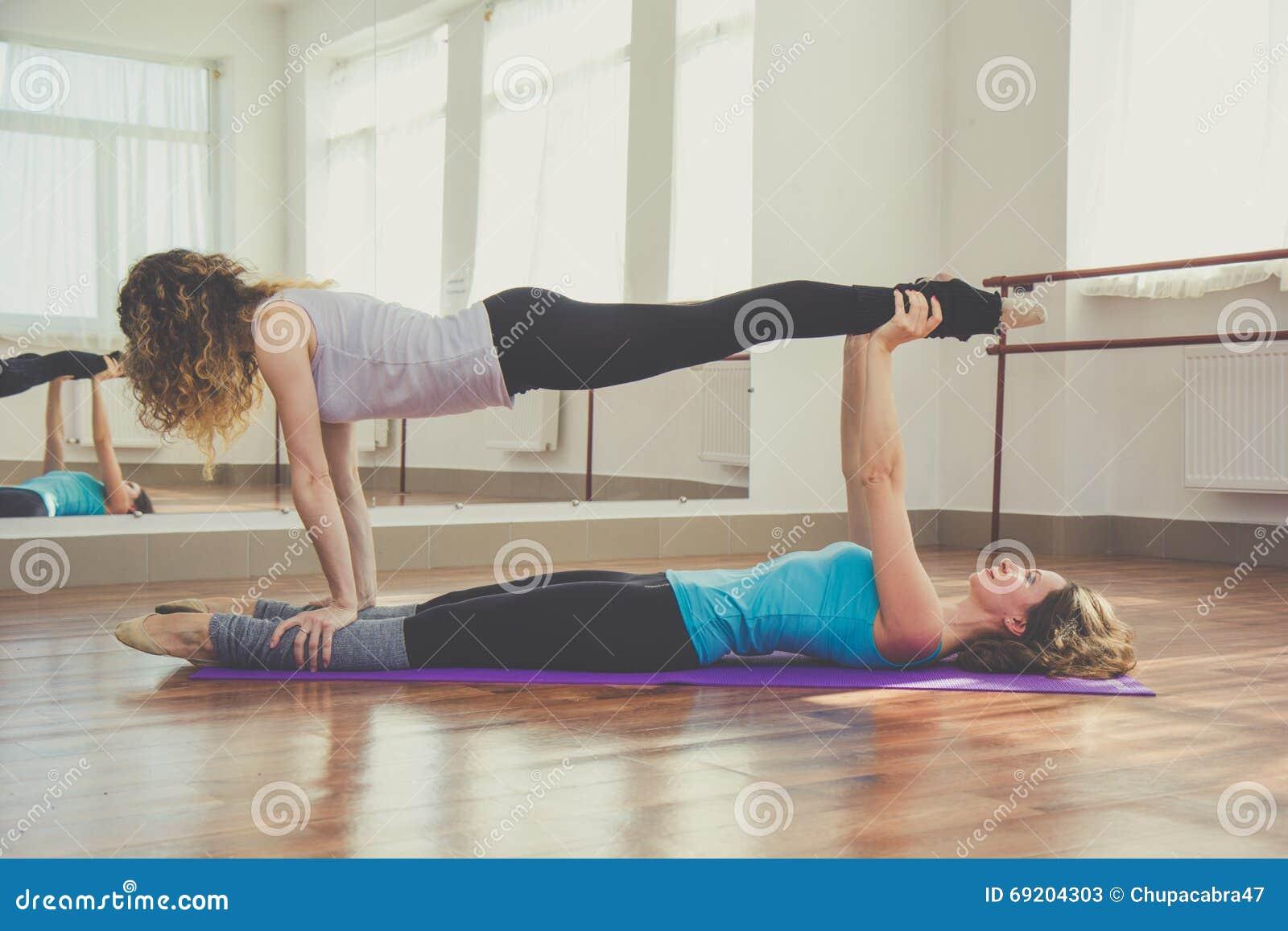 Zwei Frauen Tun Yoga Zuhause Stockbild - Bild von freunde ...