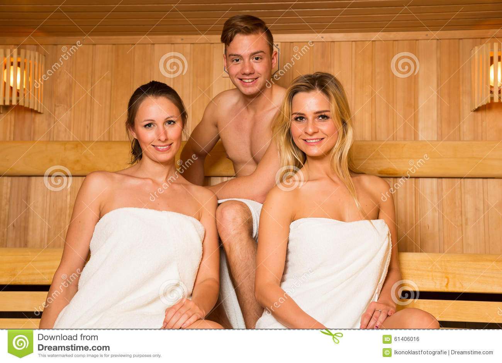 zwei frauen und ein mann die in der sauna aufwerfen stockfoto bild von freizeit vergn gen. Black Bedroom Furniture Sets. Home Design Ideas