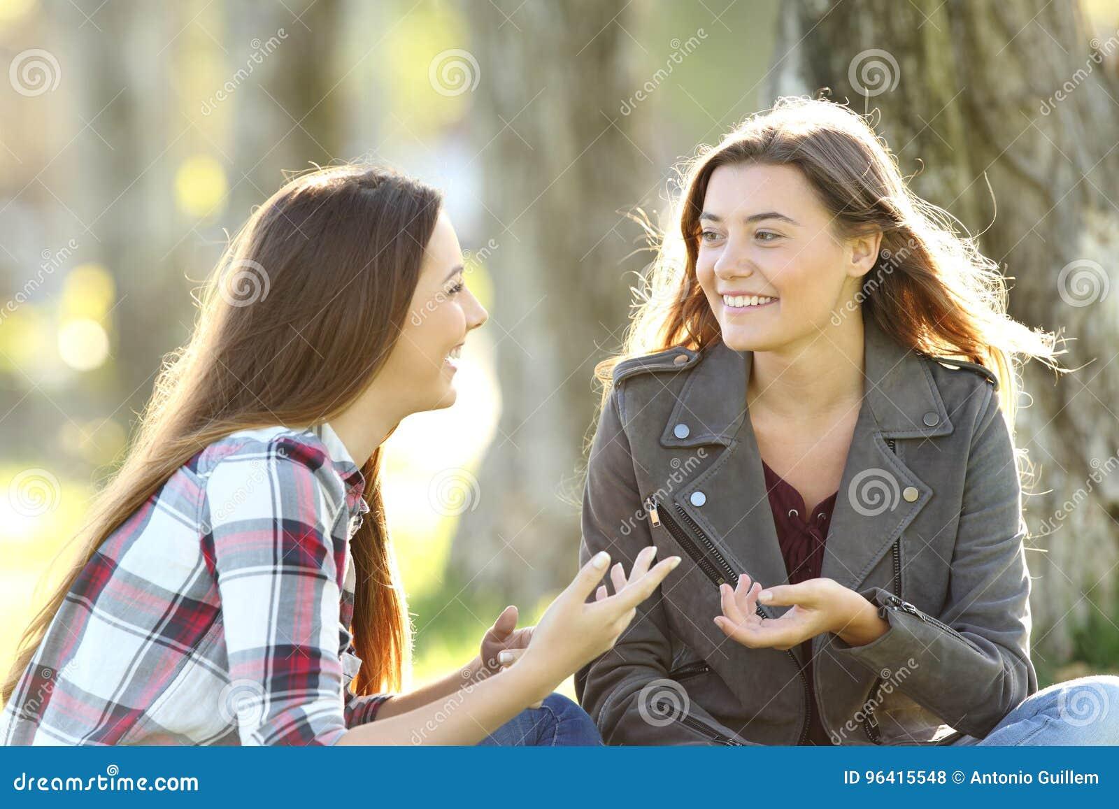 Zwei Freunde, Die In Einem Park Sprechen Und Lachen