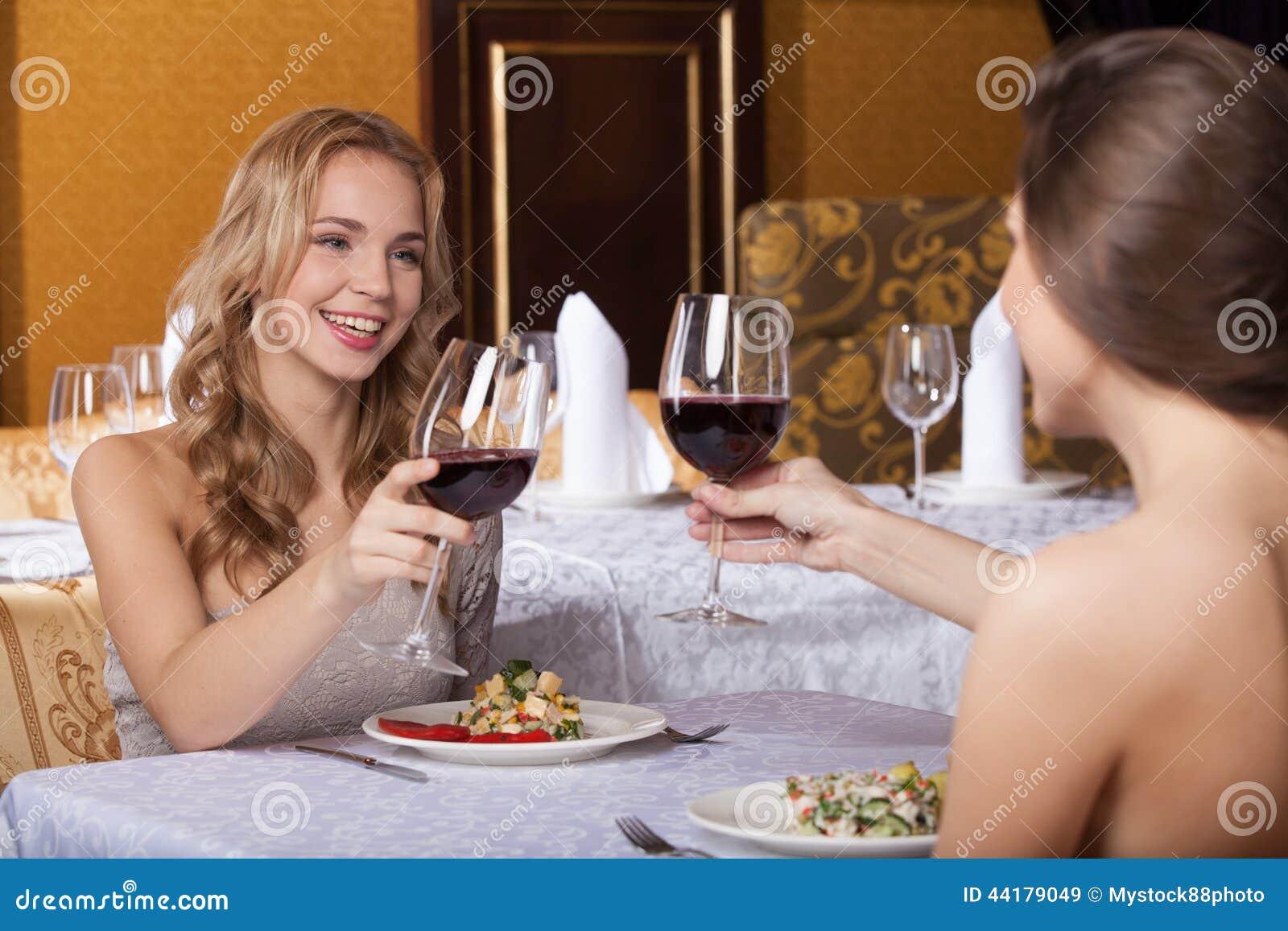 Zwei Freundinnen Die Im Restaurant Und In Der