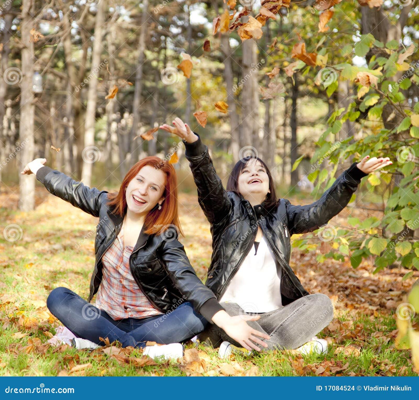 Zwei Freundinnen am Herbstpark.